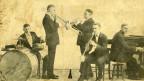 Die fünf Dixieland-Musiker auf einer alten vergilbten Postkarte.