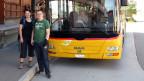 Fränzi Haller und Sämi Studer stehen vor einem gelben Postauto, auf dessen Anzeigebalken Mühlrüti steht.