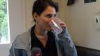 Fränzi Haller hält in der einen Hand das Mikrofon und in der anderen einen Becher mit frisch hergestellter Limonade.