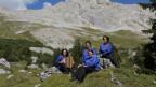 Die vier Sängerinnen in inmitten der Prättigauer Bergwelt auf Wiese.