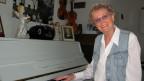 Heidi Bruggmann am weissen Klavier