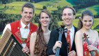 Trio Fontane uund Nicolas Senn vor bergigem Hintergrund.