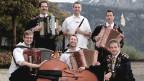 Die Musikanten posieren mit ihren Instrumenten fürs Gruppenfoto.