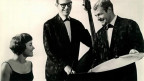 Schwarz-Weiss-Fotografie mit dem Jazz-Trio, bestehend aus einer Frau und zwei Männern.