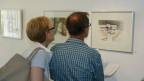Zwei Museumsbesucher betrachten ein Bild.