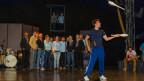 Jonglage und Jodel in der Manege vereint. Das «Echo vom Surbtal» probt mit dem Jongleur des «Circus Monti».