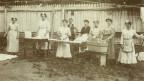Hausangestellte eines herrschaftlichen Hauses an einem Waschtag gegen Ende des 19. Jahrhunderts.