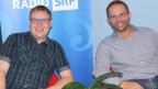 Studer und Bösch sitzen auf roten Sesseln im Studio der SRF Musikwelle.