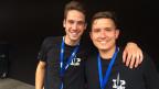 Zwei junge Musiker in schwarzen T-Shirts mit der Aufschrift Top Secret.