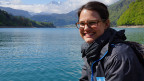 Die Reporterin sitzt auf einem Boot und hat einen weiten Ausblick auf den See.