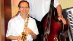 Saxophonist mit Band im Hintergrund