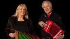 Musikerpaar Wachter-Ruth mit Instrumenten.