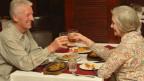 Ein älteres Paar am Essen.