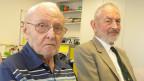 Zwei ältere Männer in einem Aufenthaltsraum.