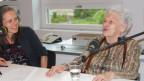 Frau Läng im Gespräch mit Redaktorin Jill Keiser.