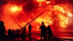 Grosseinsatz der Feuerwehr beim Chemiegrossbrand der Sandoz Schweizerhalle, aufgenommen in der Nacht auf den 1. November 1986.