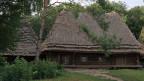 Ein alter Hof mit Strohdach.