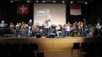 Blasmusik und Rockband auf Bühne §