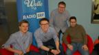 Drei junge Volksmusikanten und Moderator Sämi Studer.