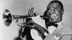 Schwarz-Weiss-Fotografie von Louis Armstrong beim Trompetenspiel.