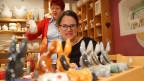Fränzi Haller blickt auf eine Reihe dekorativ verzierter Keramikesel.