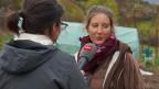 Eine Radioreporterin interviewt eine Gärtnerin.
