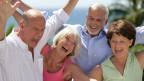 Glückliche Senioren freuen sich und lachen.