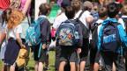 Eine Gruppe von Kindern mit Rucksäcken.
