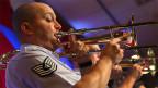Ein Trompetenspieler in Militäruniform