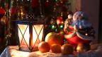 Weihnachtsdekoration mit Laterne, Christbaumkugeln und Nikolaus.