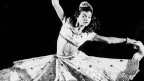 Schwarz-Weiss-Fotografie einer Tänzerin.