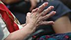 Hände einer alten Frau.