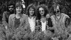 Schwarz-Weiss-Fotografie mit einem Gruppenbild einer Rockband.