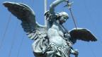 Ein Engel mit Schwert als Statue.