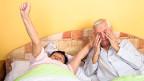 Ein älteres Ehepaar nach dem Erwachen.