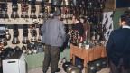 Viele verschiedene Glocken an einem Messestand.