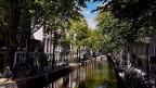 Ein Wasserkanal in einer Stadt.