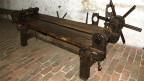 Eine mittelalterliche Streckbank aus Holz.