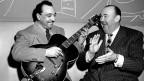 Schwarz-Weiss-Fotografie mit zwei lachenden Männern.