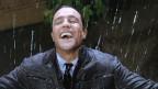 Mann freut sich über Regen.