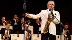 Saxofonist während eines Big Band-Konzerts.