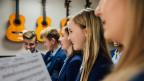 Junge Sängerinnen in einem Chor.