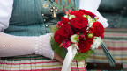 Eine Trachtenfrau mit einem Blumenstrauss.