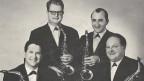 Alte Fotografie von vier Saxophonisten.