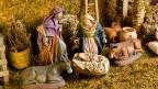 Krippe im Stall mit Josef, Maria, Jesuskind, Esel und Ochse.