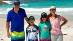 Eltern und zwei Kinder an einem Strand in Australien.