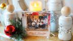 Weihnachts-CD dekoriert mit Lametta und Christbaumkugeln.