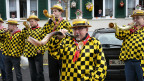 Männer in gelb-schwarzen Fasnachtskostümen.