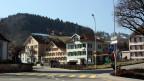 Blick auf eine Dorfstrasse