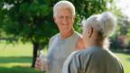 Senioren schwitzen und trinken